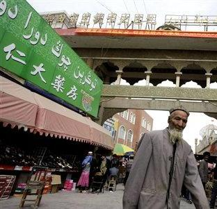 http://putrahermanto.files.wordpress.com/2009/10/uighur_man_in_hotal_in_xinjiang.jpg?w=312&h=301